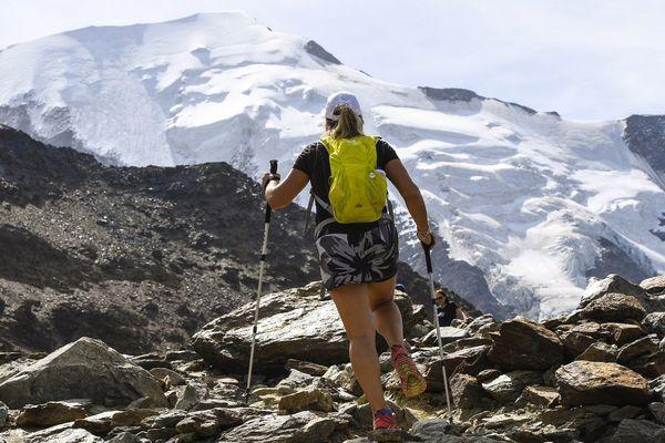 """Une randonneuse dans le fameux """"couloir du Goûter"""" sur la """"la voie royale"""" pour gravir le Mont-Blanc, en août 2017"""