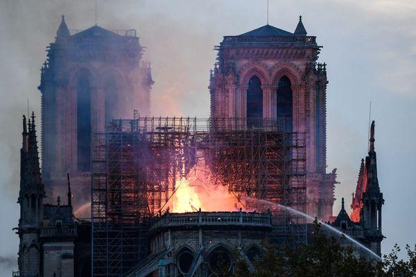 15/04/2019 - La cathédrale Notre-Dame de Paris ravagée par un incendie