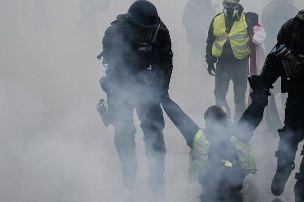 Un manifestant interpellé dans une rue de Paris, le 1er décembre 2018.