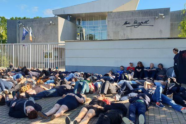 Vers 8h45 ce lundi 17 juin, pendant l'épreuve de philosophie du bac, environ 80 professeurs ont mené une action devant le lycée Marc Chagall, pour protester contre la réforme Blanquer