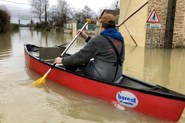 A  Uchizy, en Saône-et-Loire, on circule en barque en raison des crues hivernales de cette fin janvier