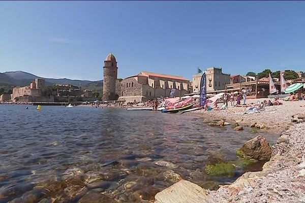 La plage au pied du clocher de Collioure dans les Pyrénées-Orientales l'été 2019 -
