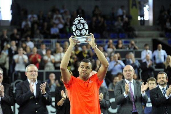 Jo-Wilfried Tsonga brandit son trophée en cristal dimanche 27 Septembre 2015 à Metz (Moselle) après sa victoire sur Gilles Simon en finale du Moselle Open.