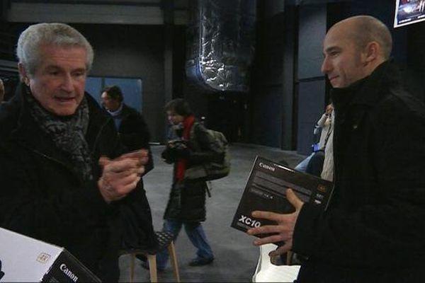 Claude Lelouch (à g;) a remis à chacun des étudiants une caméra numérique, pour attaquer leur cursus aux Ateliers du Cinéma