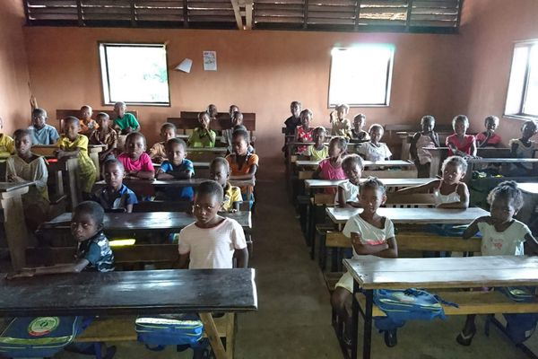 Des élèves malgaches au sein de l'école construite avec l'aide de l'association ADTIA