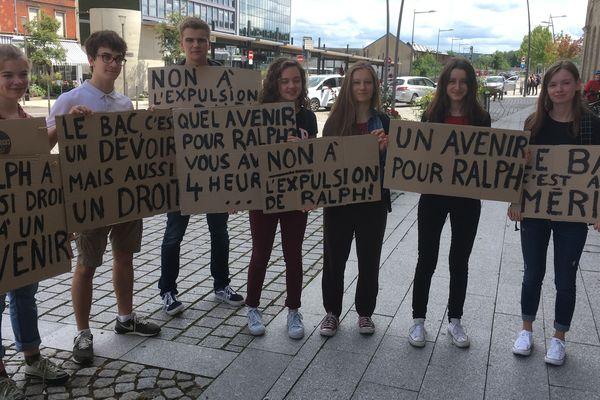 Les lycéens apportent leur soutien à Ralph, samedi 15 juin.