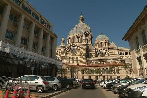 A gauche : l'hôtel de police. En face : la cathédrale de la Major