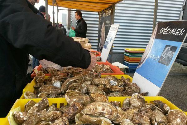 Ruée sur les huîtres ce matin au marché des Couronneries de Poitiers