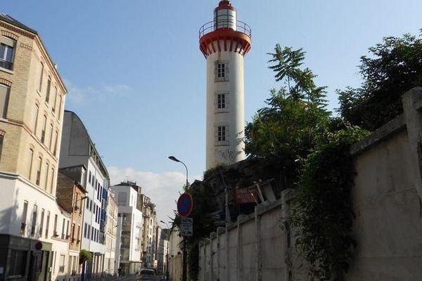 Le phare breton de la rue Castagnary, en cours de démolition
