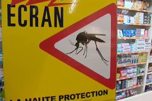 Ecran campagne anti-moustique dans une pharmacie à Montpellier en août 2014