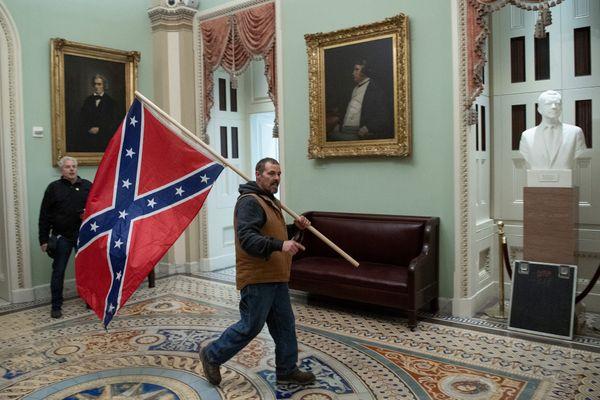En pénétrant au sein du Capitole ce 6 janvier, certains supporters de Donald Trump arboraient le drapeau des confédérés, symbole du passé raciste des États-Unis.