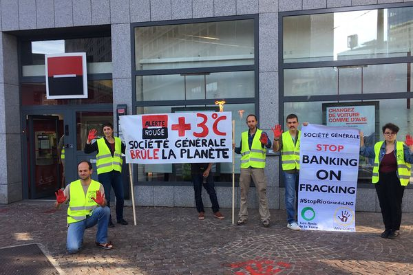 Ce samedi matin, une dizaine d'activistes ont déployé leurs banderoles devant la Société Générale, en contrebas de la Tour incity