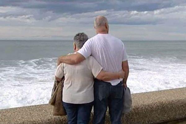 Des amoureux regarde la mer à la chambre d'amour à Anglet