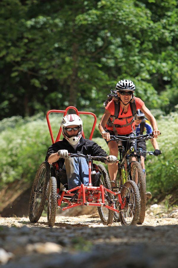 Lors des courses de FTT, les personnes handicapées sont toujours accompagnées de bénévoles du Comité Handisport 52, eux en VTT.