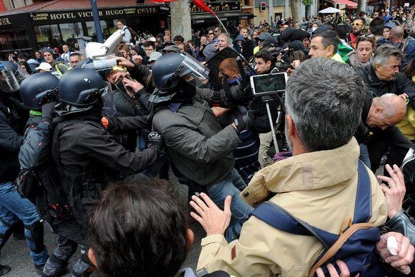 Les manifestants ont rapidement été ''chargés'' par les forces de l'ordre.