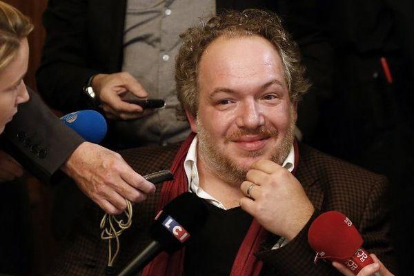 """Mathias Enard, lauréat du Goncourt 2015 pour """"Boussole"""", assailli par les journalistes après l'annonce du prix."""