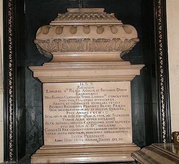 L'urne funéraire censée contenir les ossements d'Edouard V et de son frère Richard.