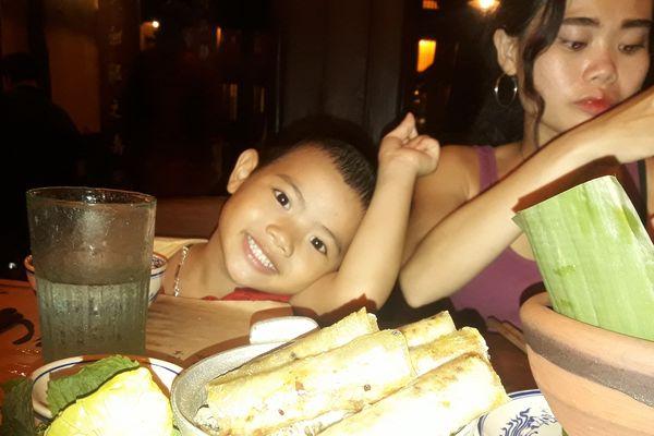 Dang 5 ans, a côté de sa maman Thuy, au Vietnam