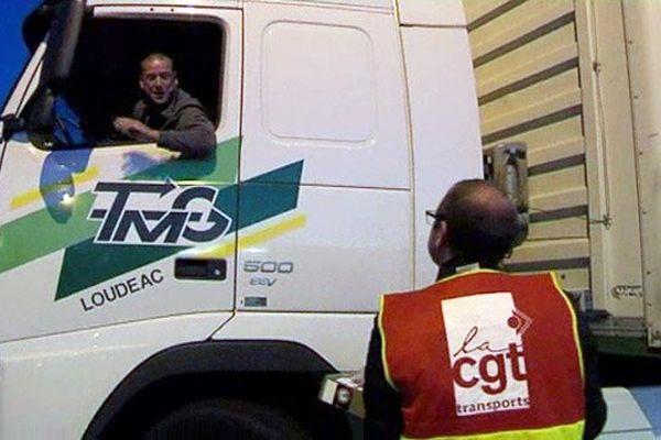 Distribution de tracts par la CGT au centre routier de Mondeville ce vendredi matin