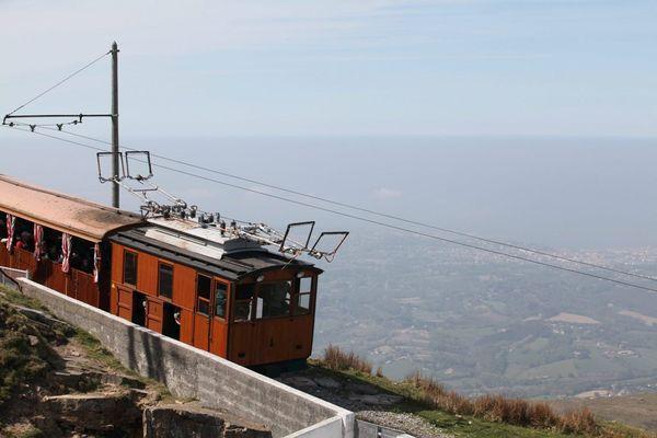 Le train de la Rhune, qui permet d'accéder au célèbre sommet du Pays basque, dans les environs de Sare.