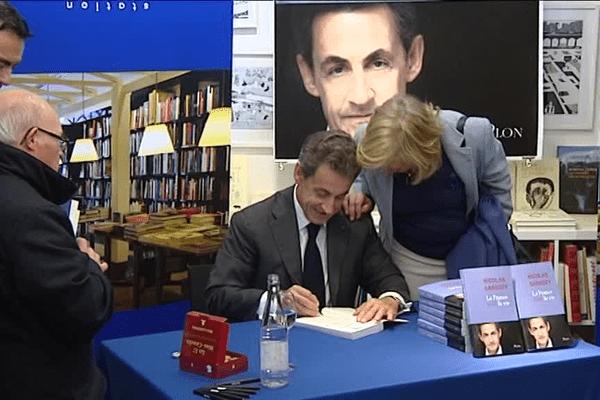 Bordeaux Nicolas Sarkozy Deplace Les Foules Pour Dedicacer Son Livre
