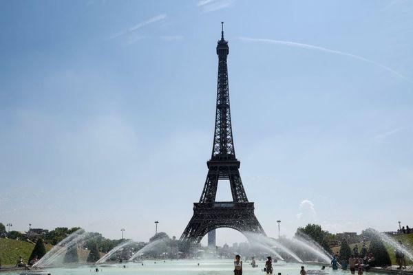 Des Parisiens devant la tour Eiffel, lors de la vague de chaleur de juillet 2018 (illustration).