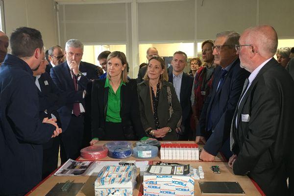 A l'École de Production, Agnès Pannier-Runacher (au centre, en vert), secrétaire d'Etat, entame son tour de France des solutions en Limousin.