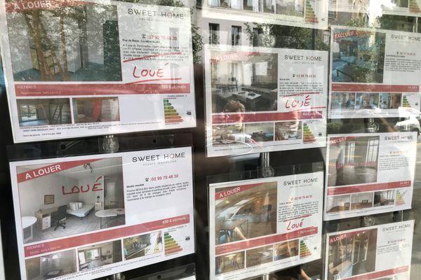 À l'image de cette vitrine d'agence immobilière rennaise, les étudiants ont du mal à trouver un logement libre pour leur rentrée.