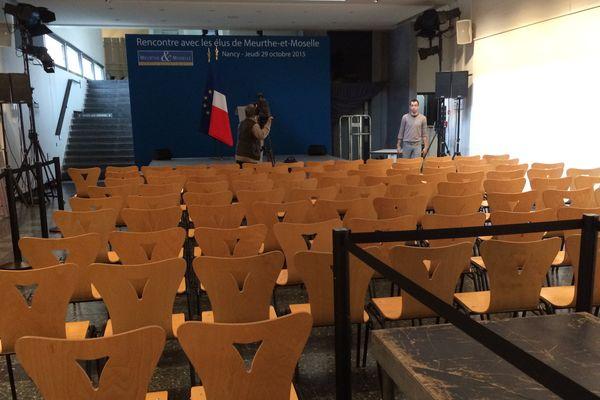 La salle du conseil départemental de Meurthe-et-Moselle préparée pour le discours du président de la République