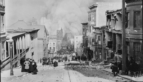 Une photo du tremblement de terre qui détruisit une grande partie de San Francisco en 1906, 6 ans avant la publication de La peste écarlate, où la ville, en proie aux flammes, est ravagée par l'épidémie.