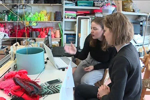 Tifany Auzanneau, designer en textile en apprentissage avec un tricodeur