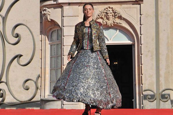 """Un mannequin porte la robe lors du défilé du concours européen de mode """"Jardins de créateurs"""" le 21 septembre 2019."""