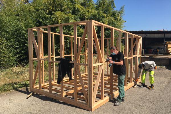 Des cabanons en construction pour accueillir à Lyon des jeunes SDF et leurs animaux de compagnie