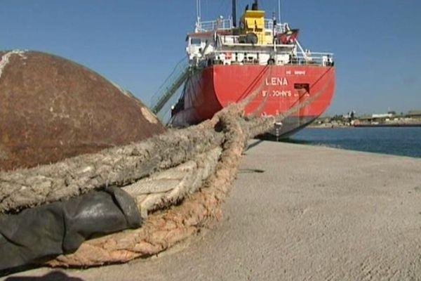 Le Lena dans le port de Sète