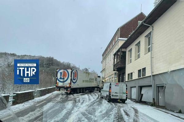 D417, au col de la Schlucht ce matin. Un camion en travers de la route.