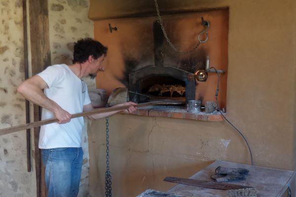 Youri Colinet, paysan boulanger à Cerizay, devant son fournil