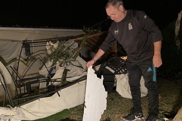 Régis Germain découvre les dégâts après le passage de la tornade.