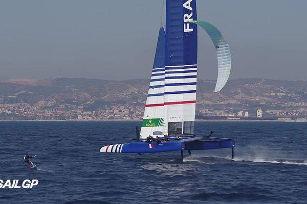 Une rencontre exceptionnelle dans la rade nord de Marseille. Alex Caizergues en kitesurf avec l'équipe de France sur F50