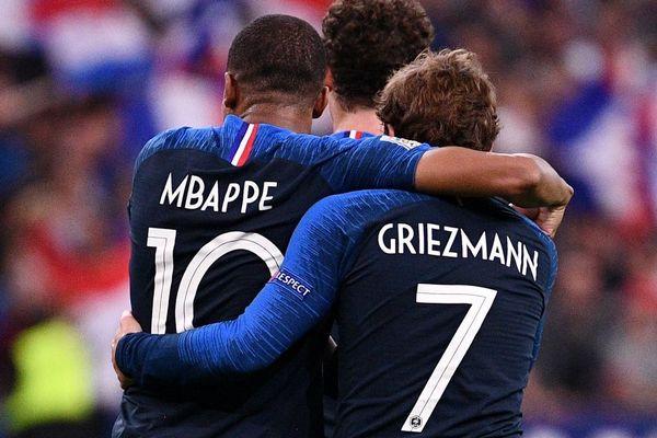 Les deux footballeurs vedettes de l'équipe de France de football Antoine Griezmann et Kylian Mbappé en octobre 2018 lors du match France-Allemagne au stade de France