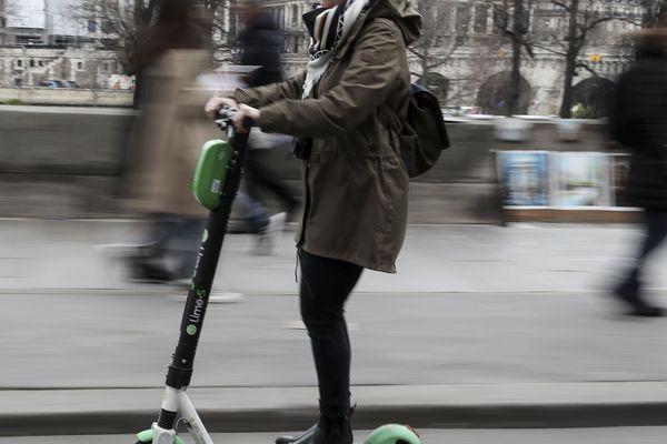 Rouler sur le trottoir en trottinette sera en principe interdit en ville, sauf exception.