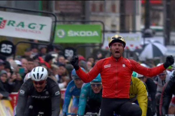 Un sprint massif pour l'arrivée de la 2ème étape du Paris-Nice à Amilly, et Colbrelli qui s'impose