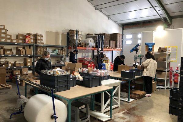 """Une dizaine de personnes travaillent au stockage et à l'expéditions de produits """"Keto"""" pour le site DélicesLowCarb à Colomiers."""