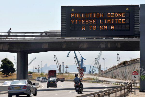 Une des mesures de la procédure d'alerte consiste à baisser la vitesse sur les grands axes routiers.