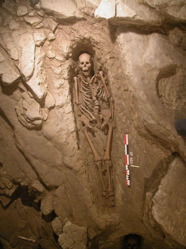 Un squelette vieux de 1000 ans, retrouvé dans une tombe rupestre sous l'église Saint-Nazaire à Aubais dans le Gard.