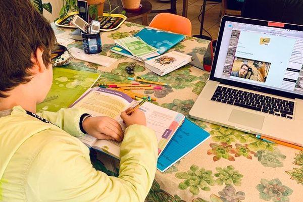 Confiné chez lui dans l'Ain, le jeune Colin se met au travail avec les moyens du bord, entre les documents fournis par ses professeurs et les connexions très difficiles sur son espace numérique de travail.