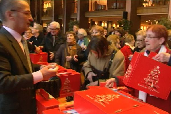 La distribution du traditionnel colis de Noël par la mairie. (archives)