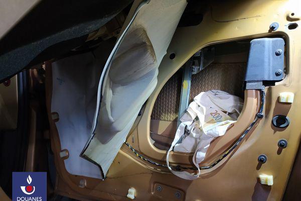 Les douaniers du Perthus dans les Pyrénées-Orientales ont saisi d'importantes quantités de drogue et  de l'argent liquide dissimulé dans les portières d'une voiture