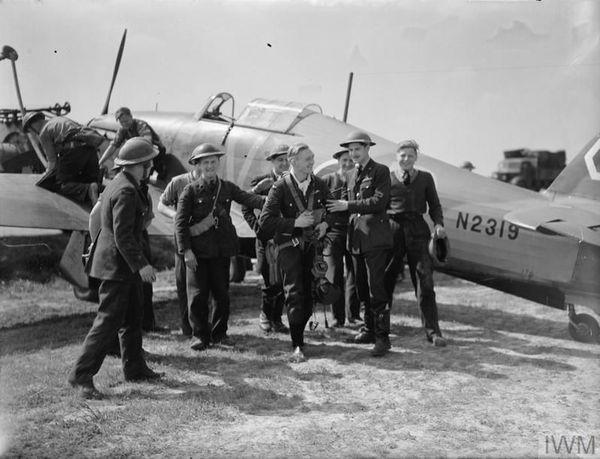"""Un pilote britannique, le sergent G. """"Sammy"""" Allard de l'escadron 85 de la RAF, revient à la base de Lille-Seclin, le 10 mai 1940, après avoir abattu deux Heinkel He 111 allemands aux commandes de son Hawker Hurricane Mark I."""