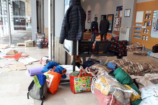 Le week-end dernier, jusqu'à 120 personnes ont dormi dans la gare de Briançon.