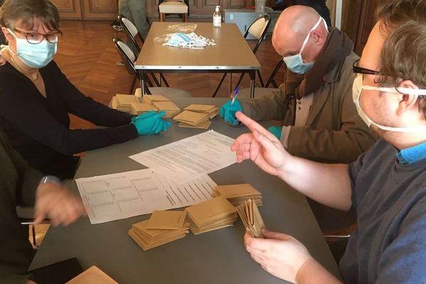 Masques et gants pour le dépouillement à Poitiers.